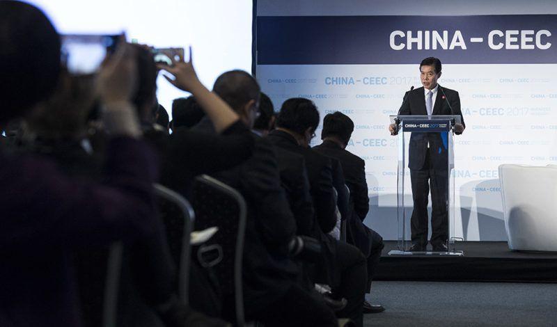 Budapest, 2017. november 27.San Csung kínai kereskedelmi miniszter beszédet mond a Kína-Közép-Kelet-Európa (KKE) csúcstalálkozó gazdasági és kereskedelmi fórumának keretében a kis- és közepes vállalkozásokról tartott kerekasztal-beszélgetésen a Papp László Budapest Sportarénában 2017. november 27-én.MTI Fotó: Szigetváry Zsolt