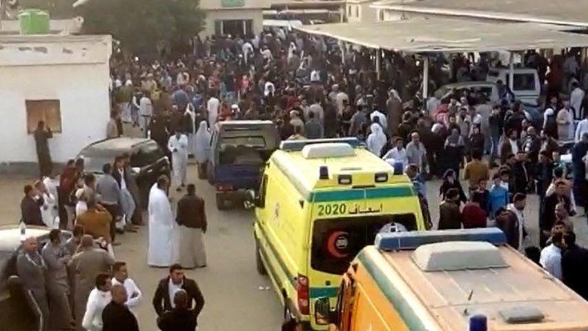 Bir-el-Abd, 2017. november 24. Videofelvételrõl készített felvétel emberekrõl a Sínai-félszigeten fekvõ Bír-el-Abdban elkövetett tömeggyilkos merényletet helyszínén 2017. november 24-én. A nap folyamán mintegy negyven fegyveres a közeli mecsetben pokolgépet robbantott majd lõni kezdtek a kimenekülõkre, ezt követõen pedig a sebesülteken segítõkre és a mentõautókra is golyózáport zúdítottak, végül elmenekültek. A támadásban legkevesebb 235 ember életét vesztette, 109-en megsebesültek. (MTI/EPA)