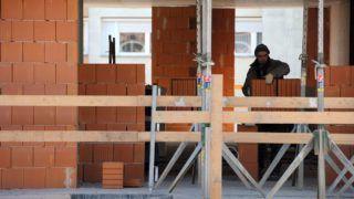 Debrecen, 2017. január 23. Falat rakó kõmûves munka közben a Dóczy Lakópark építésén. A debreceni Hunép Universal cégcsoport saját beruházásban és kivitelezéssel építi a lakóparkot, amiben 224 lakásos három tömbbõl álló épületegyüttes készül. Szakmai és pénzügyi elõrejelzések szerint idén tovább folytatódik az építõipar termelésének, 2016 õszétõl tapasztalható növekedése. Az várható, hogy az ágazatot a magánberuházások és a lakásépítés lendíti tovább.  MTVA/Bizományosi: Oláh Tibor  *************************** Kedves Felhasználó! Ez a fotó nem a Duna Médiaszolgáltató Zrt./MTI által készített és kiadott fényképfelvétel, így harmadik személy által támasztott bárminemû – különösen szerzõi jogi, szomszédos jogi és személyiségi jogi – igényért a fotó készítõje közvetlenül maga áll helyt, az MTVA felelõssége e körben kizárt.