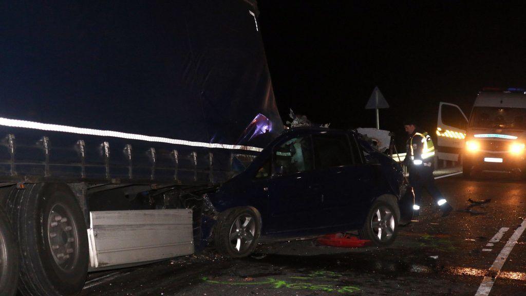 Miskolc, 2017. október 31. Egy teherautó leszakadt és elszabadult vontatmányával ütközött, összeroncsolódott személyautó a Miskolcot elkerülõ 306-os számú úton 2017. október 31-én. A balesetben több ember, legkevesebb három a helyszínen életét vesztette. MTI Fotó: Vajda János