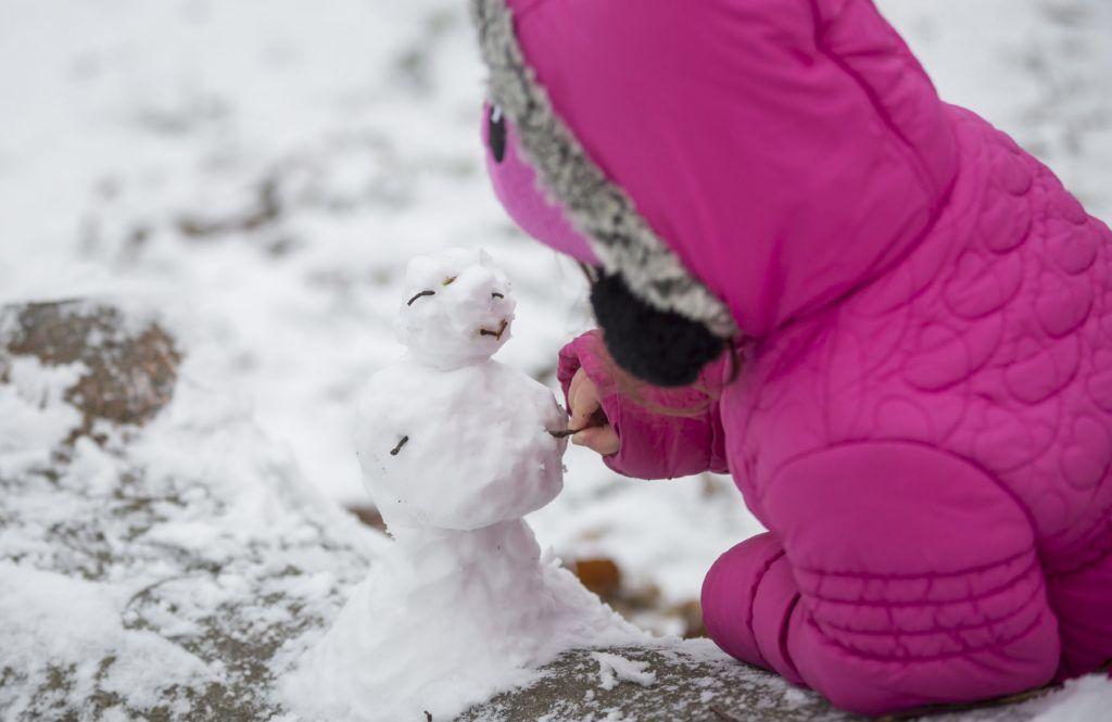 Budapest, 2017. november 29. Hóembert épít egy kislány a behavazott Normafánál 2017. november 29-én. MTI Fotó: Mohai Balázs