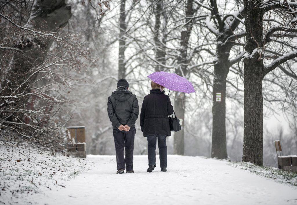 Budapest, 2017. november 29. Férfi és nõ sétál a behavazott Normafánál 2017. november 29-én. MTI Fotó: Mohai Balázs