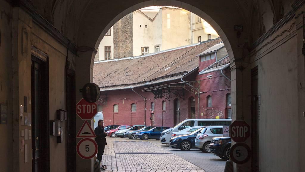 Elhalasztják a műemléki védelmét részben elvesztett Heinrich udvar bontását 2