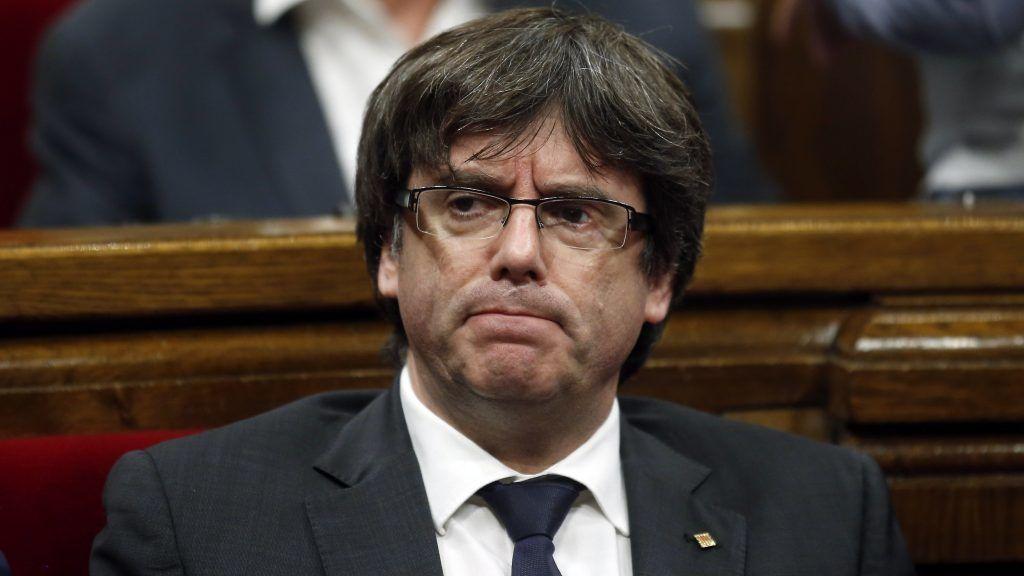 Barcelona, 2017. október 26. Carles Puigdemont katalán elnök a katalán parlament rendkívüli ülésén Barcelonában 2017. október 26-án. Az elnök az ülés elõtt bejelentette, hogy nem ír ki elõrehozott helyi parlamenti választásokat Katalóniában. (MTI/AP/Manu Fernandez)