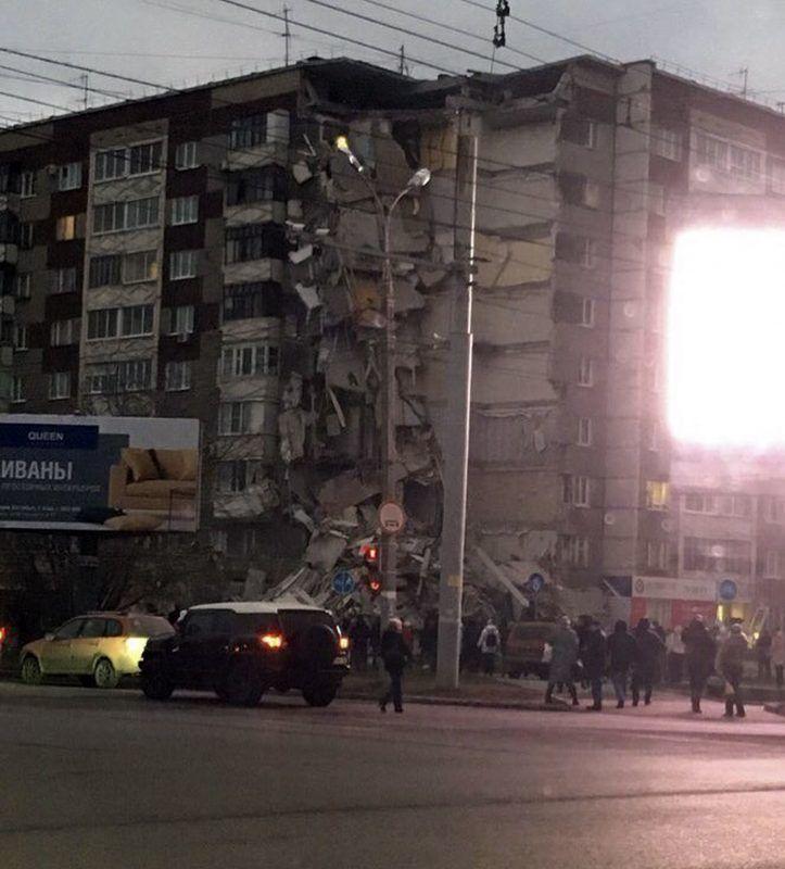 Izsevszk, 2017. november 9. Alekszandr Cserezov által  közreadott kép egy kilenc szintes lakóépület leomlott részérõl Izsevszkben, az oroszországi Udmurtföld fõvárosában 2017. november 9-én. Eddig három holttestet emeltek ki a romok közül. A balesetet a gyanú szerint gázrobbanás okozta. (MTI/AP/Alekszandr Cserezov)