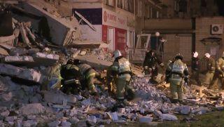 Izsevszk, 2017. november 9. A rendkívüli helyzetek orosz minisztériuma által közreadott, videofelvételrõl készült képen túlélõk és holttestek után kutanak egy részben leomlott kilenc szintes lakóépület romjai közt Izsevszkben, az oroszországi Udmurtföld fõvárosában 2017. november 9-én. Eddig három holttestet emeltek ki a romok közül. A balesetet a gyanú szerint gázrobbanás okozta. (MTI/AP/Alekszandr Cserezov)