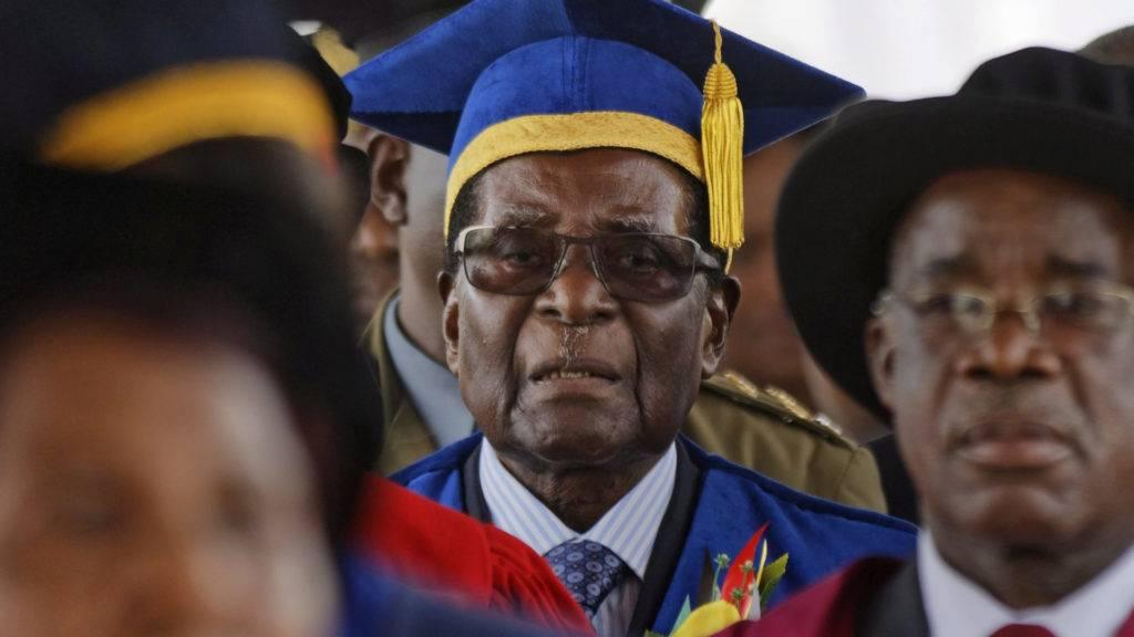 Harare, 2017. november 17. Robert Mugabe zimbabwei elnök (k) részt vesz a Zimbabwei Nyitott Egyetem diplomaosztó ünnepségén a fõvárosban, Hararében 2017. november 17-én, két nappal a zimbabwei puccs után. A hadsereg november 15-én közölte, hogy átvette az ország irányítását Mugabe kormányától, miután egy nappal korábban a katonaság lezárta a kormányhivatalokhoz, bíróságokhoz és a parlamenthez vezetõ utakat, és házi õrizetbe helyezte a 93 éves elnököt. (MTI/AP/Ben Curtis)