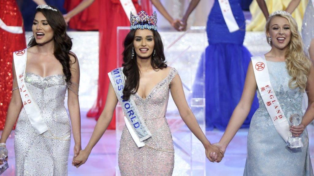 Szanja, 2017. november 19. Az indiai Manusi Cshillar koronával a fején elsõ udvarhölgye, a mexikói Alma Andrea Meza Carmona (b) és második udvarhölgye, az angol Stephanie Jayne Hill között, miután gyõzött a Miss World nemzetközi szépségversenyen a dél-kínai Hajnan-szigeten lévõ Szanja tengerparti üdülõhelyen 2017. november 18-án. (MTI/AP/Color China)