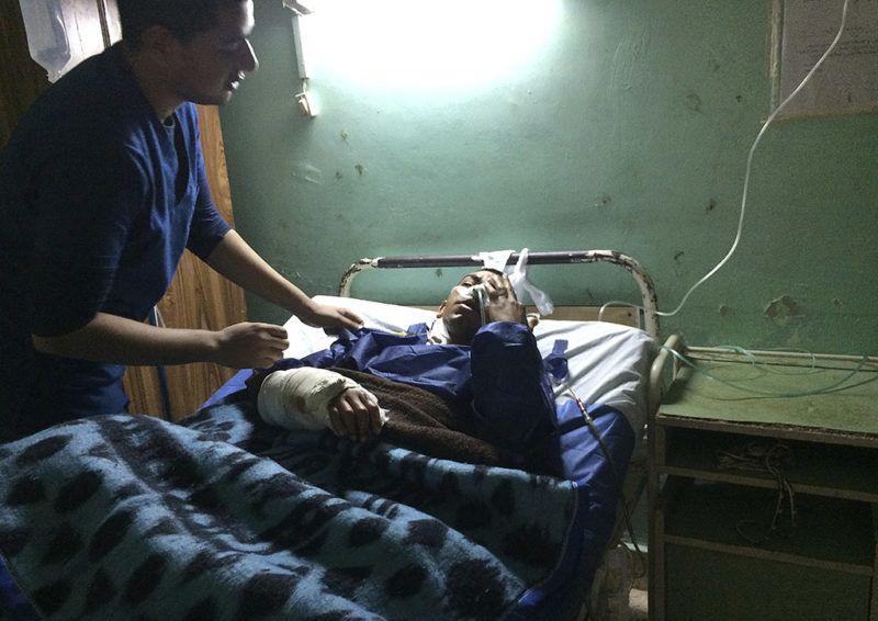 Iszmáilija, 2017. november 25.Az egyiptomi Bír-el-Abdban elkövetett merénylet egyik túlélőjét ápolják az iszmáilijai Szuezi-csatorna Egyetemi Kórházban 2017. november 25-én, a támadás másnapján. A Sínai-félszigeten levő mecsetben pokolgépet robbantottak, majd mintegy negyven fegyveres tüzet nyitott az épületből menekülőkre, illetve a kiérkező mentősökre is. A halálos áldozatok száma 305 főre emelkedett, a sebesültek száma 128. (MTI/AP/Amr Nabil)