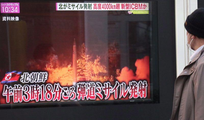 Tokió, 2017. november 29.Észak-Korea legutóbbi rakétakísérletéről szóló tudósítás egy tokiói pályaudvaron lévő tévéképernyőn 2017. november 29-én. Hajnalban Észak-Korea sikeres kísérletet hajtott végre Hvaszong-15 típusú, új fejlesztésű interkontinentális ballisztikus rakétájával (ICBM), amely az ország állami médiájának közlése szerint képes elérni az Egyesült Államok egész területét. (MTI/AP/Kambajasi Sidzuo)