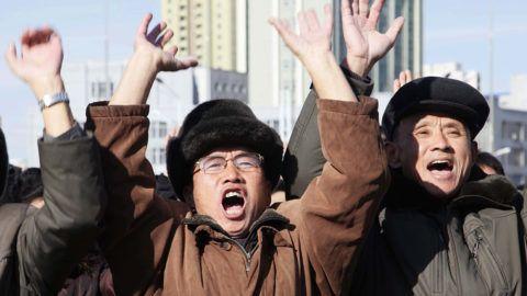 Phenjan, 2017. november 29.Észak-Korea legutóbbi rakétakísérletéről szóló tudósítást figyelik ünnepelve emberek a phenjani főpályaudvaron lévő tévéképernyőn 2017. november 29-én. Hajnalban Észak-Korea sikeres kísérletet hajtott végre Hvaszong-15 típusú, új fejlesztésű interkontinentális ballisztikus rakétájával (ICBM), amely az ország állami médiájának közlése szerint képes elérni az Egyesült Államok egész területét. (MTI/AP/Dzson Csol Dzsin)