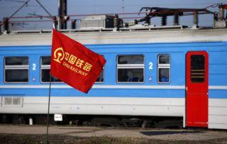 Zimony, 2017. november 29.A kínai vasúttársaság zászlaja a Belgrád melletti Zimonyban, ahol megkezdődik a Budapest-Belgrád vasútvonal szerbiai szakaszának felújítása 2017. november 28-án. A teljes vonal tervek szerint 2023-ig tartó rekonstrukcióját Kína finanszírozza. (MTI/AP/Darko Vojinovic)
