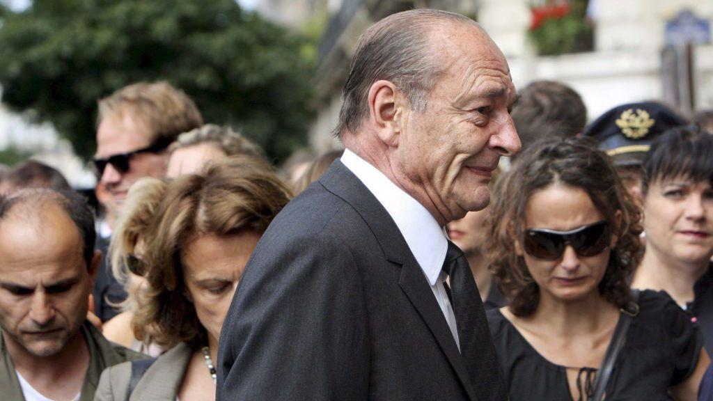 Párizs, 2009. június 3. Jacques CHIRAC korábbi francia elnök (elöl) ökumenikus misére érkezik a párizsi Notre Dame székesegyházba 2009. június 3-án, amikor a két nappal korábban az Atlanti-óceánba zuhant Airbus A330-200-as utasszállító repülõgép utasaira emlékeznek a francia fõvárosban. A 228 utas között két magyar felnõtt és két magyar gyermek volt. A brazil védelmi miniszter ezen a napon megerõsítette, hogy az eltûnt Air France-gép roncsait megtalálták az óeánban: a maradványok öt kilométer hosszan terülnek el a vízen Fernando de Noronha szigetcsoporttól több száz kilométernyire. (MTI/EPA)