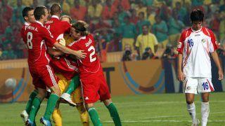 Kairó, 2009. október 16. GULÁCSI Péter magyar kapust (sárgában) ölelgetik csapattársai egy Costa Rica-i játéékos (j) mellett, miután a magyarok gyõztek a 20 éven aluliak labdarúgó-világbajnokságának harmadik helyéért játszott Magyarország-Costa Rica mérkõzésen a Kairói Nemzetközi stadionban 2009. október 16-án. A találkozó 1-1-es döntetlennel végzõdött, a rendes játékidõt követõ büntetõpárbajt pedig Magyarország nyerte 2-0-ra úgy, hogy Gulácsi három tizenegyest is védett. (MTI/EPA/Ali Hajder)