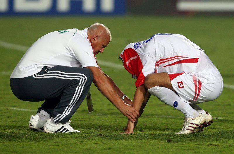 Kairó, 2009. október 16. EGERVÁRI Sándor magyar szövetségi kapitány (b) egy búslakodó Costa Rica-i játékost vigasztal, miután a magyarok gyõztek a 20 éven aluliak labdarúgó-világbajnokságának harmadik helyéért játszott Magyarország-Costa Rica mérkõzésen a Kairói Nemzetközi stadionban 2009. október 16-án. A találkozó 1-1-es döntetlennel végzõdött, a rendes játékidõt követõ büntetõpárbajt pedig Magyarország nyerte 2-0-ra. (MTI/EPA/Ali Hajder)