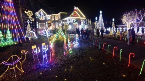 Decatur, 2013. december 24. Ünnepi fényárban úszik Anthony Paradowski háza a Georgia állambeli Decaturban 2013. december 24-én. Paradowski több mint 100 ezer izzót használt házának karácsonyi díszkivilágításához. (MTI/EPA/Erik S. Lesser)