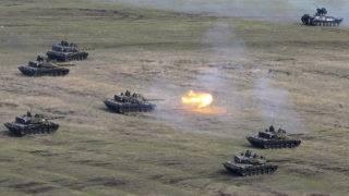 Smardan, 2015. április 21.Román TR-85-ös harckocsik a romániai Galati megyében fekvő smardani gyakorlótéren rendezett NATO-hadgyakorlaton 2015. április 21-én. A Tavaszi Szél 15 fedőnevű manőverekben 2200 román, amerikai, brit és moldovai katona vesz részt a gyakorlótéren, valamint egy légi támaszponton, a Fekete-tenger partjánál, a moldovai és ukrán határ közelében. (MTI/EPA/Robert Ghement)