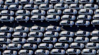 Lipcse, 2015. november 3. Légi felvétel új Porsche gépjármûvekrõl a gyártó lipcsei üzemének udvarán 2015. november 3-án. A hatóságok a Volkswagen német jármûgyártó csoporthoz tartozó Porschénál is megkezdték a vállalat károsanyag-kibocsátással kapcsolatos csalásai miatti vizsgálatokat. (MTI/EPA/Jan Woitas)