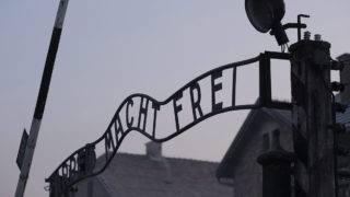 Oswiecim, 2017. január 27.Az egykori auschwitz-birkenaui koncentrációs tábor főkapuja fölötti hírhedt Arbeit macht frei (A munka felszabadít) felirat a lengyelországi Oswiecimben a holokauszt nemzetközi emléknapján, a haláltábor felszabadulásának 72. évfordulóján, 2017. január 27-én. (MTI/EPA/Andrzej Grygiel)