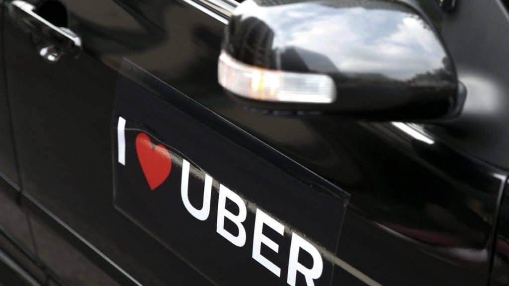 Tajpej, 2017. február 10. Matrica egy Uber-sofõr autóján az Uber közösségi személyszállító szolgáltatás mûködése mellett tartott tüntetésen a tajvani közlekedési minisztérium tajpeji székházánál 2017. február 10-én. Az utazásmegosztó szolgáltatás tajvani üzemeltetõire kirótt bírságok ellehetetlenítõ hatása miatt a vállalat felfüggesztette mûködését a szigeten. (MTI/EPA/Ritchie B. Tongo)