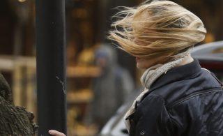 San Sebastián, 2017. március 6. Egy oszlopba kapaszkodó nõ az észak-spanyolországi San Sebastiánban tengerpartján 2017. március 6-án, amikor viharos szél fúj az Atlanti-óceán baszkföldi partvidékén. (MTI/EPA/Javier Etxezarreta)