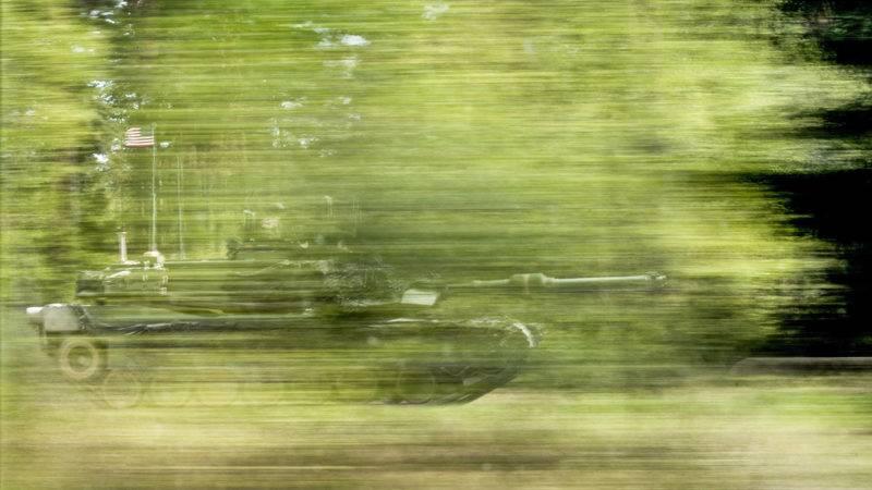 Grafenwöhr, 2017. május 12.Az amerikai hadsereg egyik M1A2-es páncélozott harci járműve egy mozgásban lévő autó ablakán keresztül a Strong Europe Tank Challenge 2017 fedőnevű NATO-hadgyakorlaton a bajorországi Grafenwöhrben 2017. május 11-én. A hadgyakorlaton Ausztria, Franciaország, Németország, Lengyelország, Ukrajna és az Egyesült Államok vesz részt. (MTI/EPA/Christian Bruna)