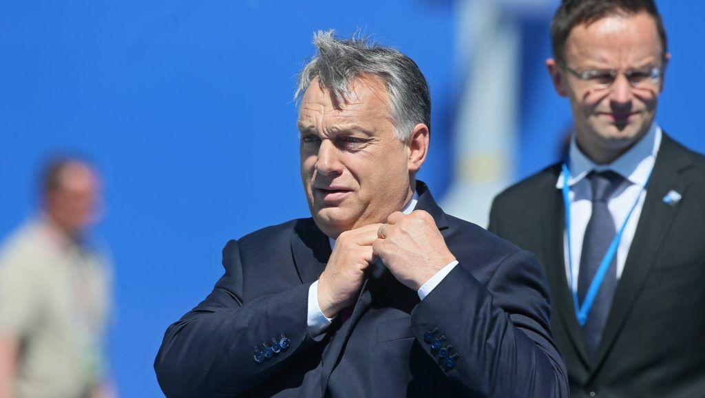 Brüsszel, 2017. május 25. Orbán Viktor miniszterelnök érkezik a NATO-tagországok állam- és kormányfõinek csúcstalálkozójára Brüsszelben 2017. május 25-én. Orbán Viktor mögött Szijjártó Péter külgazdasági és külügyminiszter. (MTI/EPA/Stephanie Lecocq)