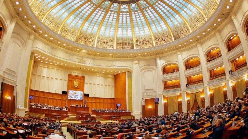 Bukarest, 2017. június 29. Mihai Tudose szociáldemokrata román miniszterelnök-jelölt kormányáról tartott szavazásra készül a parlament alsóháza Bukarestben 2017. június 29-én. (MTI/EPA/Bogdan Cristel)
