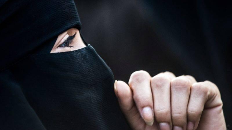 Bécs, 2017. október 1. Burkát viselõ nõ tiltakozik az ausztriai burkatilalom ellen Bécsben 2017. október 1-jén. Ausztriában a mai napon lépett életbe az egész arcot takaró muszlim kendõt, a burkát betiltó törvény. A tilalom egyúttal vonatkozik a hidzsábra, orvosi maszkokra és a bohócálarcra is. (MTI/EPA/Christian Bruna)