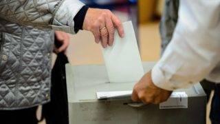 Hessisch Oldendorf, 2017. október 15. Egy férfi dobja szavazóurnába voksát az alsó-szászországi parlamenti választáson Hessisch Oldendorfban 2017. október 15-én. (MTI/EPA/Jens Schlüter)