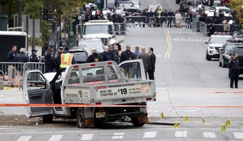New York, 2017. november 1. Helyszínelõk a New York Manhattan városrészében levõ egykori Világkereskedelmi Központ (WTC) emlékmûve közelében 2017. november 1-jén, ahol az elõzõ napon az üzbég származású 29 éves Sayfullo Habibullaevic Saipov bérelt kisteherautóval kerékpárútra hajtott, és legkevesebb nyolc személyt halálra gázolt, tucatnyit megsebesített. A merénylõ gépkocsijában talált angol nyelvû feljegyzés szerint az Iszlám Állam nevében követte el a támadást. A férfit õrizetbe vették. (MTI/EPA/Justin Lane)