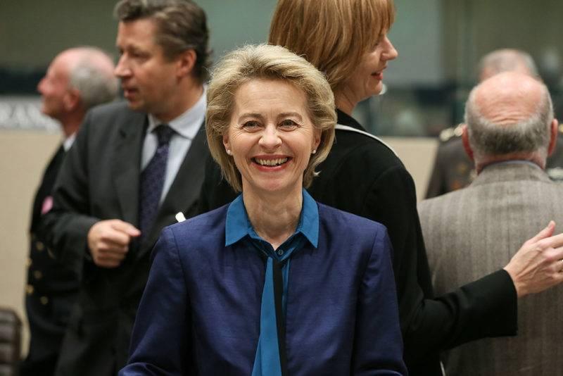 Brüsszel, 2017. november 9.Ursula von der Leyen német védelmi miniszter a NATO-tagországok védelmi miniszteri értekezletének második napi tanácskozására érkezik a szervezet brüsszeli székházában 2017. november 9-én. (MTI/EPA/Stephanie Lecocq)