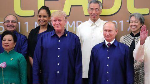 Danang, 2017. november 10. Donald Trump amerikai elnök (b2) és Vlagyimir Putyin orosz elnök a csoportkép készítéséhez felsorakozott politikusok között az Ázsiai és Csendes-óceáni Gazdasági Együttmûködés (APEC) szervezete 25. csúcstalálkozóján a vietnami Danangban 2017. november 10-én. (MTI/EPA pool/Kreml/Szputnyik/Mihail Klimentyev)