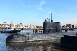 Buenos Aires, 2017. november 17.Az argentin haditengerészet által közreadott archív képen a német gyártmányú San Juan argentin tengeralattjáró Buenos Airesben. Az argentin haditengerészet 2017. november 17-én bejelentette, hogy két napja megszakadt a kapcsolata az Argentína déli partvidékén 44 fős legénységgel hajózó San Juannal. (MTI/EPA/Argentin haditengerészet)