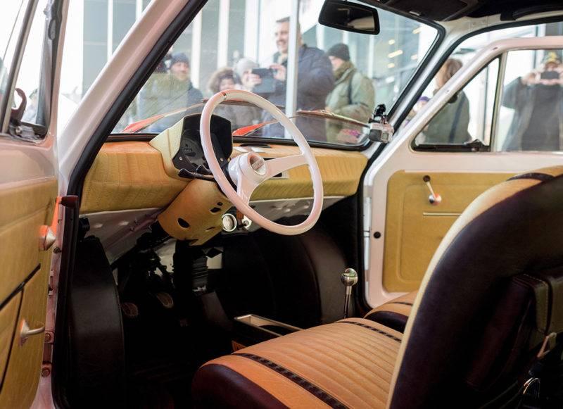 Bielsko-Biala, 2017. november 20.A Tom Hanks amerikai színésznek szánt és teljesen felújított 1974-es Polski Fiat 126p belseje a dél-lengyelországi Bielsko-Bialában 2017. november 20-án, a szállítás napján. Az autót egy éve Rafal Sonik lengyel vállalkozó és raliversenyző vásárolta 8500 zlotyiért (mintegy 600 ezer forintért) azt követően, hogy a Fiat-rajongó Hanks 2016-ban Budapesten készült fényképeket tett közzé magáról, amelyeken egy Polski Fiat mellett áll. (MTI/EPA/Andrzej Grygiel)