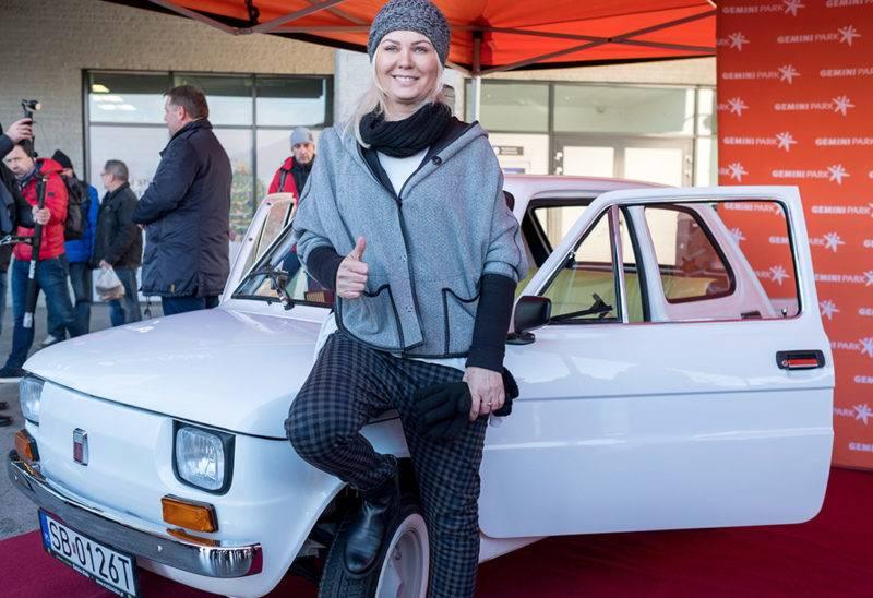 Bielsko-Biala, 2017. november 20.Monika Jaskolska főszervező a Tom Hanks amerikai színésznek szánt és teljesen felújított 1974-es Polski Fiat 126p előtt a dél-lengyelországi Bielsko-Bialában 2017. november 20-án, a szállítás napján. Az autót egy éve Rafal Sonik lengyel vállalkozó és raliversenyző vásárolta 8500 zlotyiért (mintegy 600 ezer forintért) azt követően, hogy a Fiat-rajongó Hanks 2016-ban Budapesten készült fényképeket tett közzé magáról, amelyeken egy Polski Fiat mellett áll. (MTI/EPA/Andrzej Grygiel)