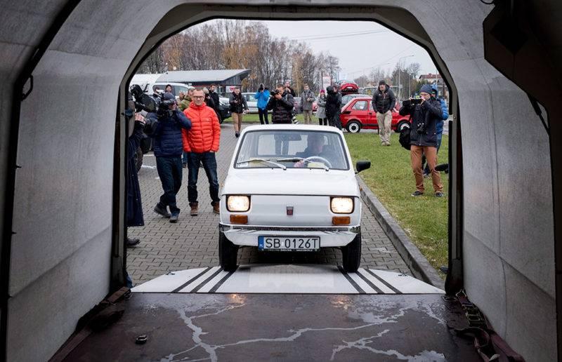 Bielsko-Biala, 2017. november 20.A Tom Hanks amerikai színésznek szánt és teljesen felújított 1974-es Polski Fiat 126p-t vezeti egy konténerbe egy férfi a dél-lengyelországi Bielsko-Bialában 2017. november 20-án, a szállítás napján. Az autót egy éve Rafal Sonik lengyel vállalkozó és raliversenyző vásárolta 8500 zlotyiért (mintegy 600 ezer forintért) azt követően, hogy a Fiat-rajongó Hanks 2016-ban Budapesten készült fényképeket tett közzé magáról, amelyeken egy Polski Fiat mellett áll. (MTI/EPA/Andrzej Grygiel)
