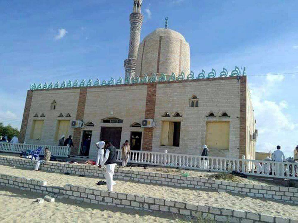 Bir al-Abd, 2017. november 24. A mecset Bir al-Abdban 2017. november 24-én, miután fegyveres férfiak pokolgépet robbantottak, majd tüzet nyitottak a pénteki ima résztvevõire a Sinai-félszigeten, Aris városától 40 kilométerre északra fekvõ város muzulmán templomában. Az egyiptomi egészségügyi minisztérium szerint legalább 75 ember életét vesztette. (MTI/EPA)