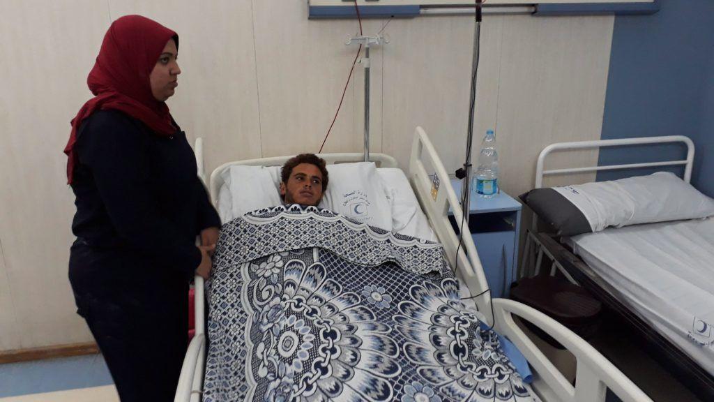 Kairó, 2017. november 24. Mobiltelefonnal készített felvétel a Bír-el-Abdban elkövetett tömeggyilkos merényletet egyik sebesültjérõl egy kairói kórházban 2017. november 24-én. A nap folyamán mintegy negyven fegyveres egy mecsetben pokolgépet robbantott majd lõni kezdtek a kimenekülõkre, ezt követõen pedig a sebesülteken segítõkre és a mentõautókra is golyózáport zúdítottak, végül elmenekültek. A támadásban legkevesebb 235 ember életét vesztette, 109-en megsebesültek. (MTI/EPA/Mohamed Hosszam)