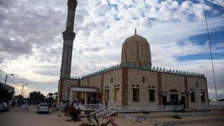 Bír-el-Abd, 2017. november 25. Az egyiptomi Bír-el-Abd város mecsete 2017. november 25-én, az épületnél elkövetett támadás másnapján. A Sínai-félszigeten levõ mecsetben pokolgépet robbantottak, majd mintegy negyven fegyveres tüzet nyitott a menekülõkre, illetve a kiérkezõ mentõsökre is. A halálos áldozatok száma 305 fõre emelkedett, a sebesültek száma 128. (MTI/EPA/Ahmed Hasszan)