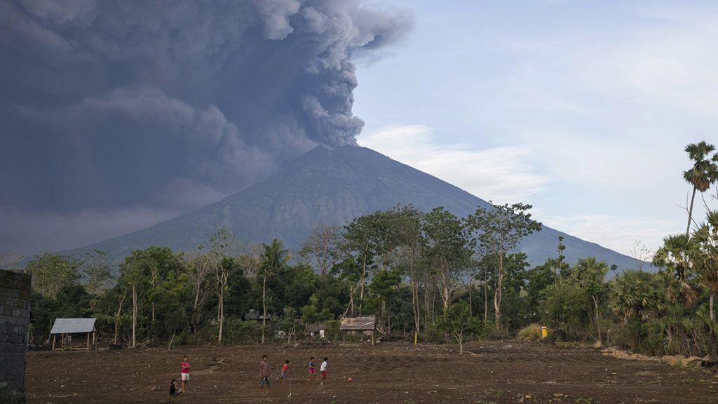 Karangasem, 2017. november 26.Az Agung-hegy tűzhányója hamut és füstöt lövell ki 4000 méteres magasságba a Bali szigetén fekvő Karangasemből nézve 2017. november 26-án. Egy napon belül négyszer is kitört a vulkán, ezért több légitársaság törölte az indonéz szigetet érintő járatait. (MTI/EPA/Made Nagi)