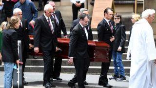 Sydney, 2017. november 28.Angus Young, az AC/DC ausztrál rockzenekar alapító-szólógitárosa (b) bátyjának, Malcolm Youngnak, az együttes társalapító gitárosának a Sydneyben tartott temetésén 2017. november 28-án. Young hosszan tartó súlyos betegséget követően november 18-án, 64 éves korában elhunyt. (MTI/EPA/Dean Lewins)