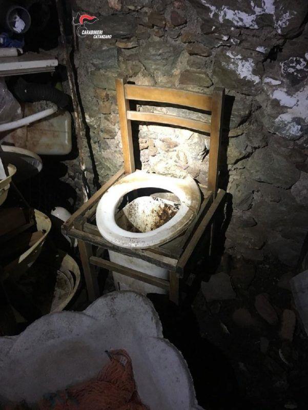 Gizzerria Lido, 2017. november 29. Az olasz rendõrség által 2017. november 29-én közreadott, november 22-én készített kép arról a pincehelyiségrõl, ahol egy férfi tíz éven keresztül tartott fogva egy nõt a dél-olaszországi Gizzeria Lidóban. Az 52 éves férfi rendszeresen erõszakoskodott a nõvel, a tíz év alatt két gyermeke is született, akikkel embertelen körülmények között élt együtt. A férfit õrizetbe vették. (MTI/EPA/Olasz rendõrség)