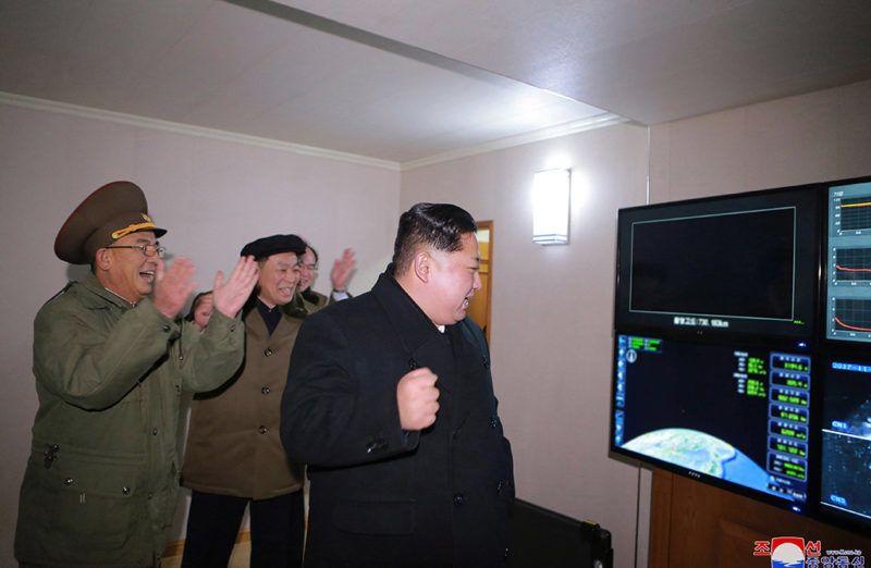 Észak-Korea, 2017. november 30.A KCNA észak-koreai hírügynökség által 2017. november 30-án közreadott képen Kim Dzsong Un első számú észak-koreai vezető, a kommunista Koreai Munkapárt első titkára (j) felügyeli a Hvaszong-15 típusú, új fejlesztésű interkontinentális ballisztikus rakéta (ICBM) fellövését egy ismeretlen észak-koreai helyszínen november 29-én. A rakéta az ország állami médiájának közlése szerint képes elérni az Egyesült Államok egész területét. (MTI/EPA/KCNA)