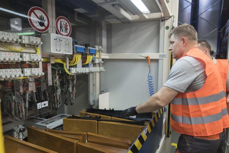 Lozornó, 2017. november 27. Robert Fico szlovák miniszterelnök kétkezi munkásként nyolcórás éjszakai mûszakban gépkocsiajtók alkatrészeinek elõállításán dolgozik az IAC Csoport gyárában, a pozsonyi kerületben, a Malackei járásban mûködõ Lozornói Automobil Ipari Parkban a  2017. november 26-ra virradó éjjel. Fico az éjszakai, valamint hétvégi és ünnepnapi mûszakokban dolgozó munkavállalók iránti szolidaritását kívánta kifejezni az itt végzett munkájával. (MTI/TASR/Martin Baumann)