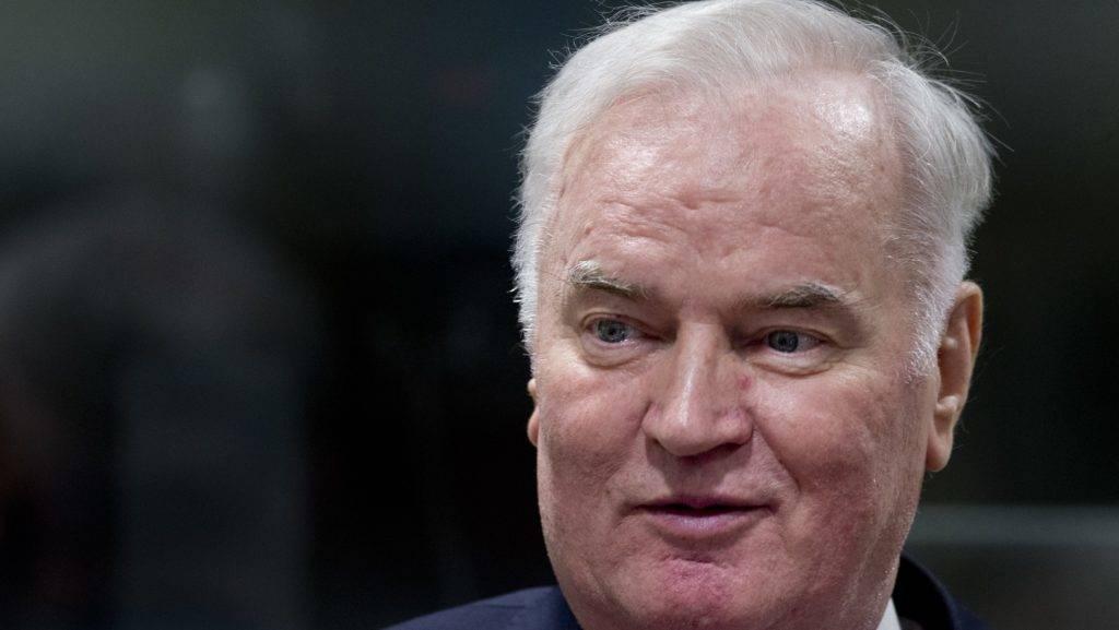 Hága, 2017. november 22. Ratko Mladic tábornok, a boszniai szerb hadsereg többek között kétrendbeli népirtással, valamint háborús és emberiesség elleni bûncselekményekkel vádolt egykori parancsnoka ítélethirdetésére érkezik az egykori Jugoszlávia területén elkövetett háborús bûnöket vizsgáló hágai Nemzetközi Törvényszékre 2017. november 22-én reggel. (MTI/AP pool/Peter Dejong)