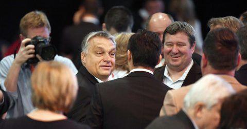 Budapest, 2017. november 12. Orbán Viktor miniszterelnök, a Fidesz elnöke (b) és Tállai András, a Nemzetgazdasági Minisztérium parlamenti államtitkára, a Nemzeti Adó- és Vámhivatal (NAV) vezetõje, a Fidesz Borsod-Abaúj-Zemplén megyei választmányának elnöke (j) a Fidesz XXVII., tisztújító kongresszusán a budapesti Hungexpón 2017. november 12-én. MTI Fotó: Koszticsák Szilárd