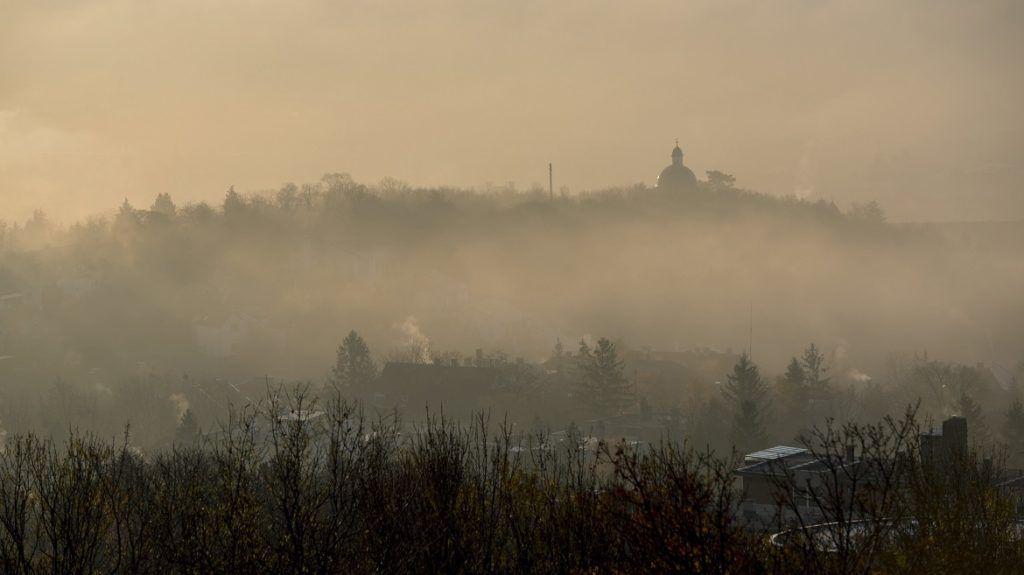Pécs, 2017. november 25. Ködben a pécsi Kálvária templom 2017. november 25-én. MTI Fotó: Sóki Tamás