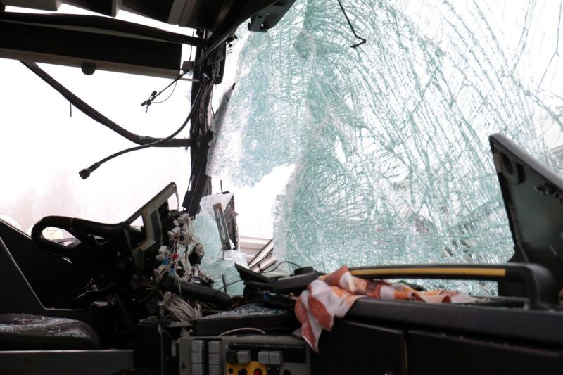 Szolnok, 2017. november 25. Ütközésben összetört busz a 4-es fõút 99-es kilométerénél Szolnok határában 2017. november 25-én. A nagy ködben egy kisbusz frontálisan ütközött egy autóbusszal, amelybe aztán hátulról belecsapódott egy személygépkocsi. A kisbusz utasai közül hárman meghaltak. A balesetben négyen súlyosan, nyolcan könnyebben megsérültek. MTI Fotó: Mészáros János