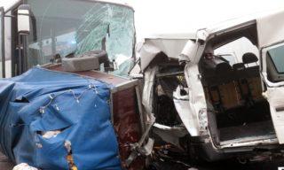 Szolnok, 2017. november 25. Ütközésben összetört jármûvek a 4-es fõút 99-es kilométerénél Szolnok határában 2017. november 25-én. A nagy ködben egy kisbusz frontálisan ütközött egy autóbusszal, amelybe aztán hátulról belecsapódott egy személygépkocsi. A kisbusz utasai közül hárman meghaltak. A balesetben négyen súlyosan, nyolcan könnyebben megsérültek. MTI Fotó: Mészáros János
